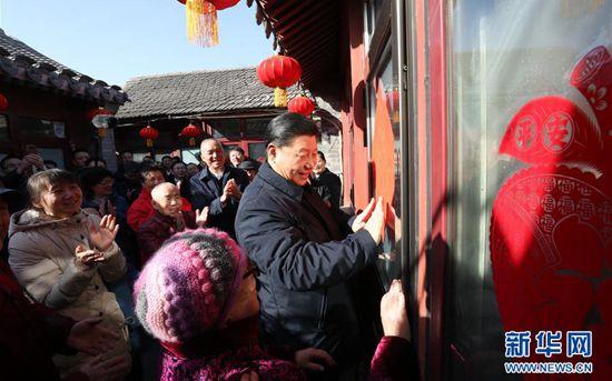 2月1日,中共中央总书记、国家主席、中央军委主席习近平在北京看望慰问基层干部群众,考察北京冬奥会、冬残奥会筹办工作。这是1日上午,习近平在前门东区草厂四条胡同32号院,高兴地拿起一幅福字,亲自贴到门上,给这里的老街坊们拜年。 新华社记者 鞠鹏 摄 【编者按】前门东区是北京老城重要历史片区,是北京这座千年古都深厚文化底蕴的重要体现。2月1日,中共中央总书记、国家主席、中央军委主席习近平在这里看望慰问基层干部群众时再次谈及历史文化。 党的十八大以来,习近平曾多次在国际国内多个场合就历史文化作过一系列重要论