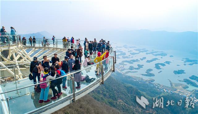"""城风景区游人如织,游客纷纷登上""""天空之境""""玻璃观景平台欣赏仙岛湖"""