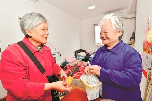 75岁婆婆乐当爱心外卖员 每天义务为腿脚不便老人买饭送到家