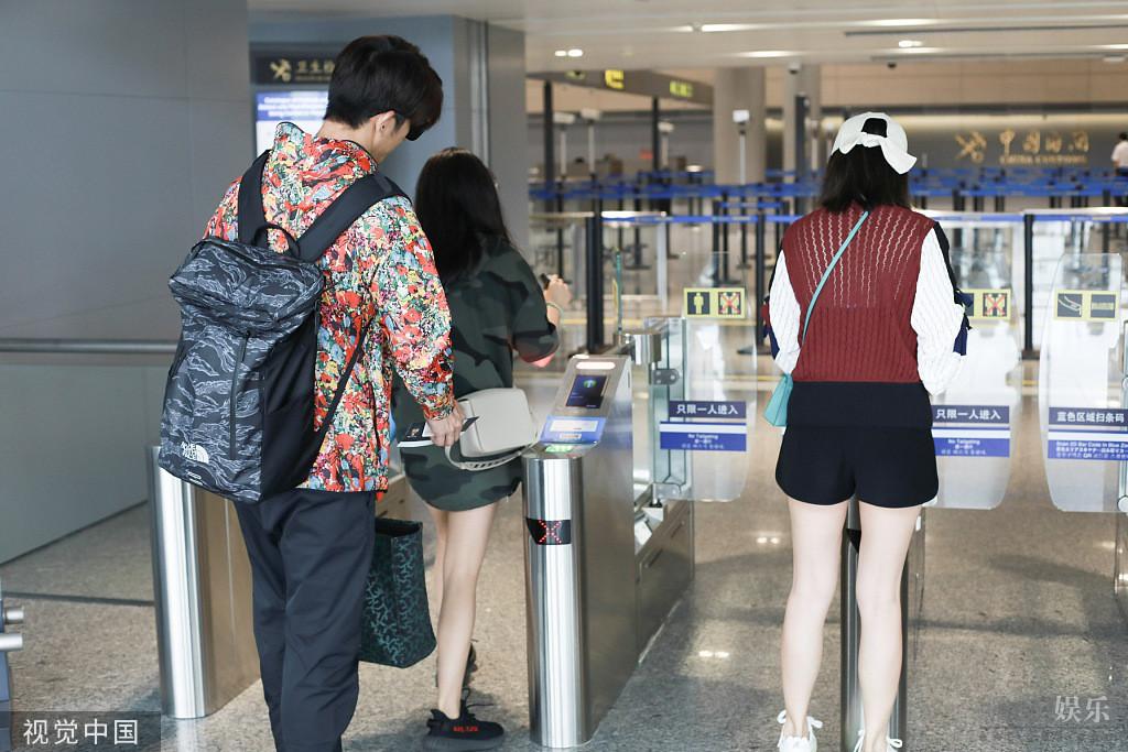 贾静雯与前夫同框后携修杰楷梧桐妹现身机场