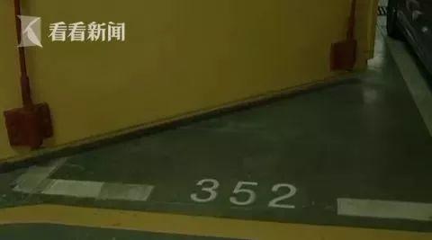 武汉一女子35万元买车位自行车都停不下,大半被消防门挡住