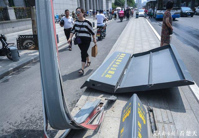 私家车深夜冲上公交站台,撞断站牌立柱幸无人受伤
