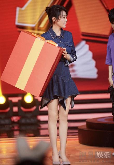 闫妮上节目穿紧身牛仔裙 身材婀