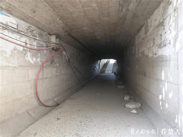 铁路涵洞无照明设施,市民走夜路不便!社区:预计12月初有新路可走