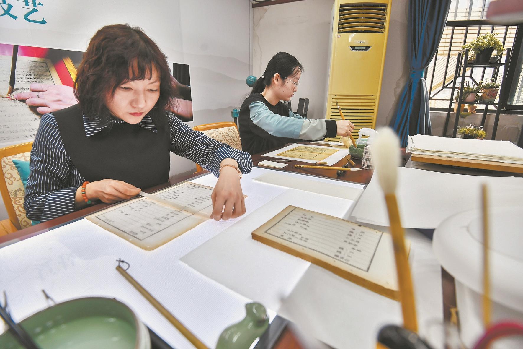 武汉图书馆斩获全国古籍修复技艺竞赛两大奖项 杨明丽白玉芝用补天之手与时光对话