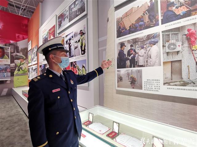 雷神山消防站站长来到抗疫展览现场,讲述抗疫故事