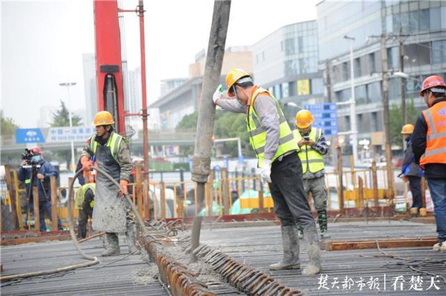 友谊大道秦园路高架桥施工提速 预计将于22日下午完成浇筑