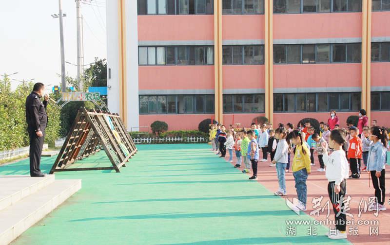 武汉军山街蒲潭幼儿园开展反恐防暴模拟演练