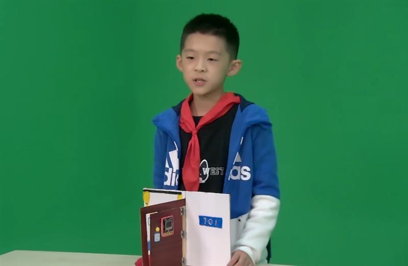 """武汉小学生刘星宇发明""""老人门铃""""  可双向呼叫还能一键报警"""