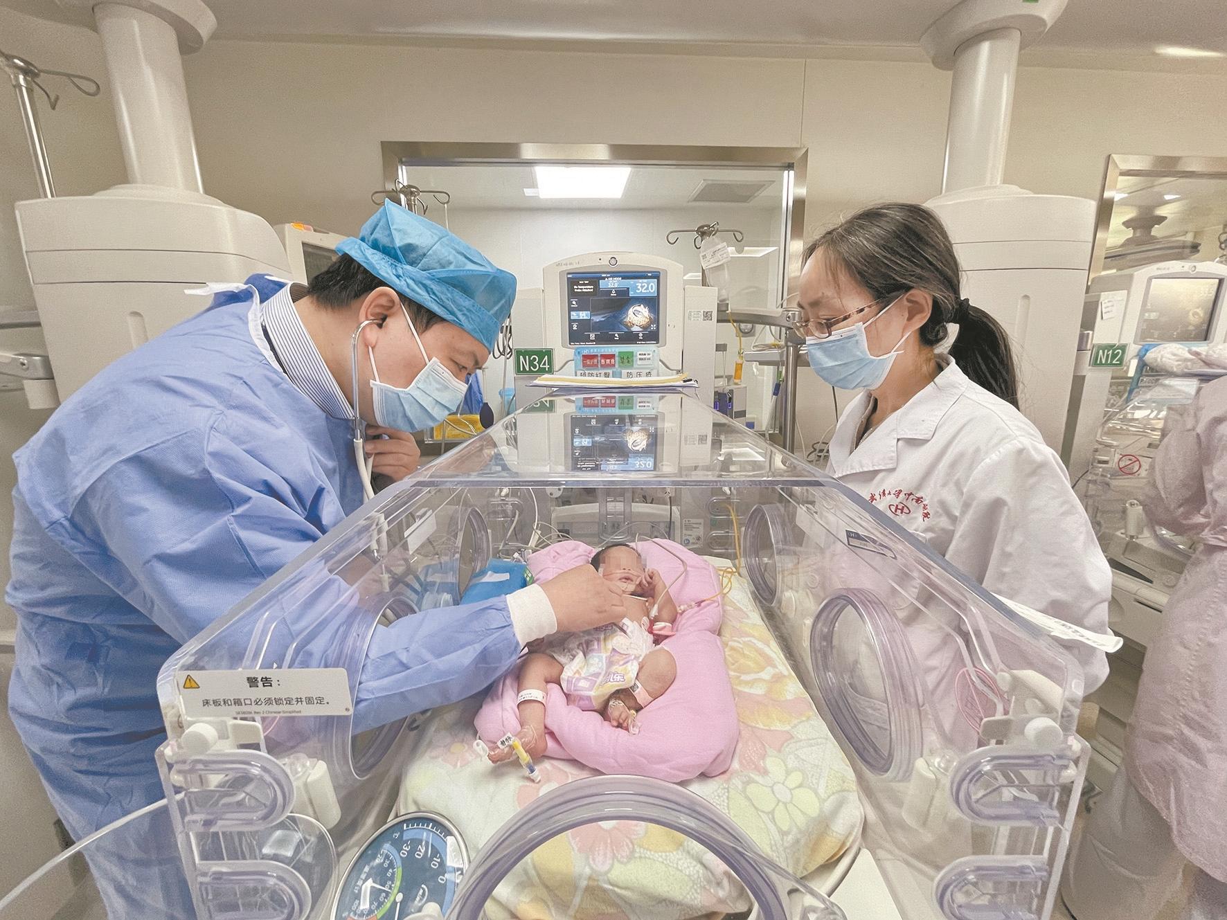 早产女宝宝心肺畸形命悬一线 多