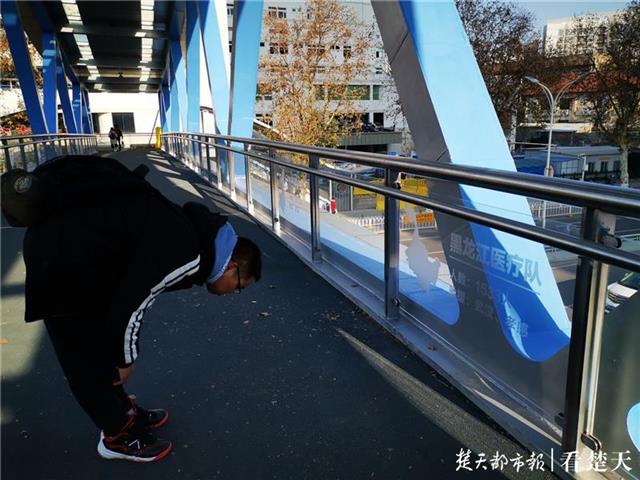 1号站代理开户感恩铭牌!武汉抗疫主题天桥走红,桥上刻下了全国援鄂医疗队名字