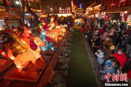 太原:十二生肖花灯吸引游客