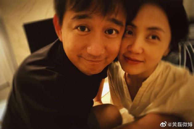 【瓜相看】黄磊晒与孙莉合照庆领证17周年 两人贴脸幸福美满