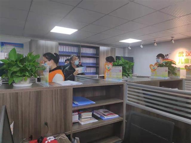 武汉市未成年人救助保护中心助失学少年重返校园