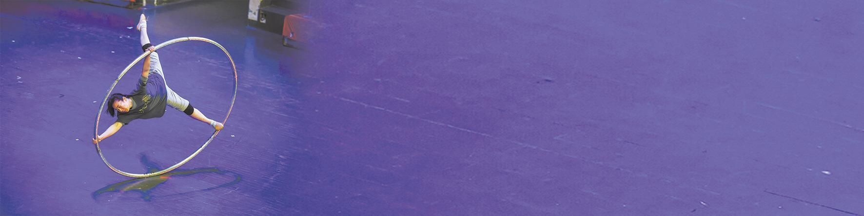 """记者探班国内首部抗疫题材杂技剧《英雄》排练现场  高难度""""浪船""""象征乘风破浪的武汉"""