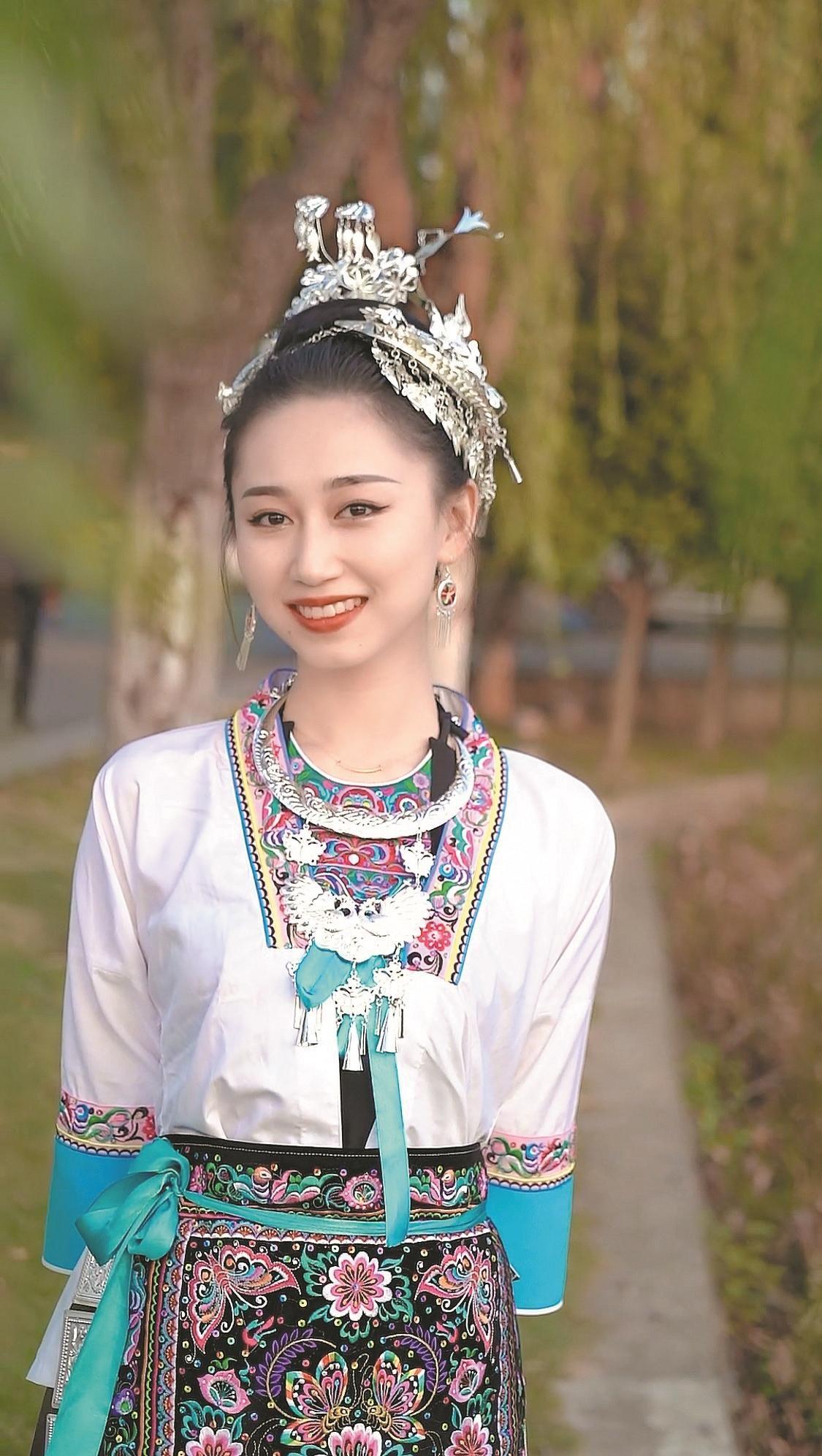 抓住文化流行潮  95后小姐姐秀民族服饰成网红