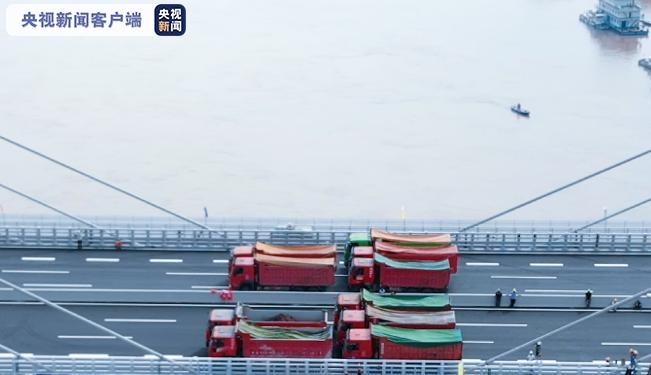 历经9小时 四川宜宾盐坪坝长江大桥完成荷载试验(图2)