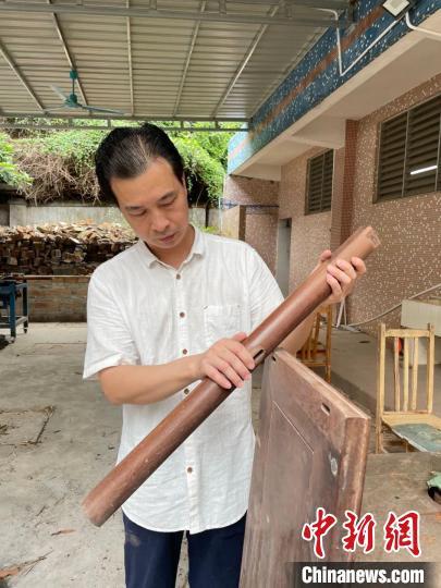 广州增城非遗传承人:传承发展荔枝木家具制作工艺