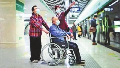 """武汉地铁240座车站精准对接服务老年乘客 提前预约可享受""""一站式""""服务(图1)"""