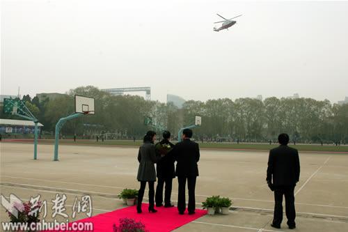 三一重工集团高管乘坐的直升机即将降落在华中科技大学西操场上-三