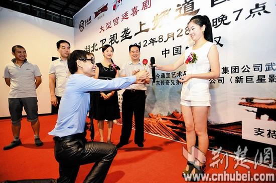 邓建国来武汉开发布会 向老婆下跪称未予干露