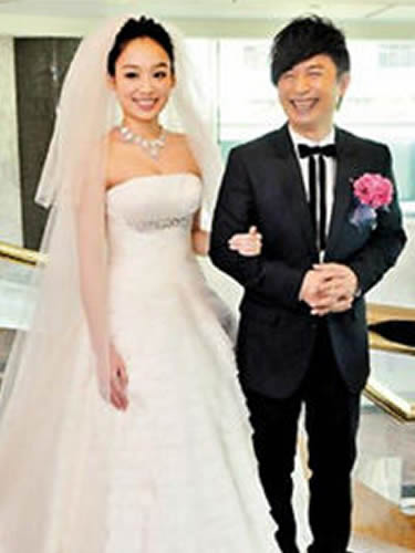 台音乐人黄舒骏携妻补办婚宴 菜名取黄作品名字