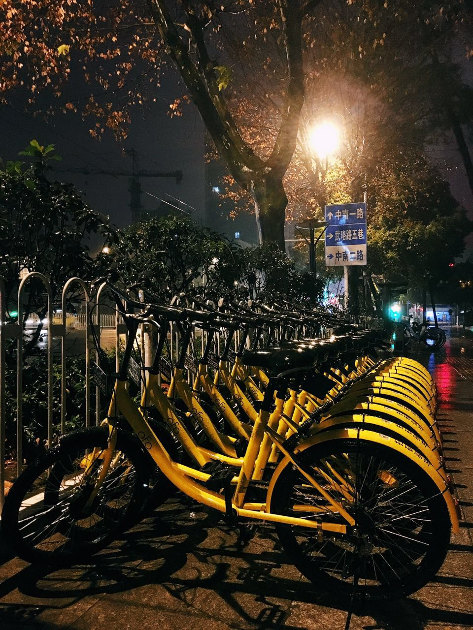 荆楚网消息 (记者 杨不二)1月6日,ofo正式宣布进入武汉,将率先在武汉地铁2号线、4号线沿线的多个热门商圈、地铁交通枢纽站点、写字楼投放共享单车。今后武汉市民除可以用小黄车进行地铁+小黄车出行外,还可享受随时随地有车骑带来的便捷体验。 据悉,先期投放的小黄车将遍布光谷、软件园、中南路、街道口、广埠屯、积玉桥、楚河汉街、武汉广场等城市核心区。 ofo武汉负责人介绍,首批试点的1000辆小黄车将会投放在软件园、光谷、中南、街道口四个地段,主要集中在三环内的洪山区、武昌区和汉江区。 ofo 将结合武