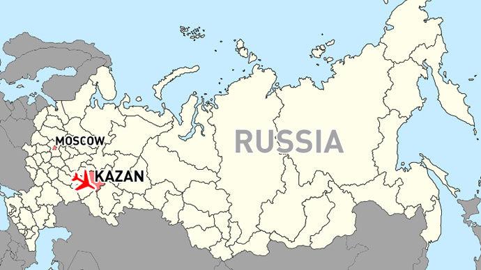 喀山位置   原标题:俄罗斯一架客机坠毁 已造成至少52人遇难   中新网11月18日电 据外媒消息,罗斯紧急情况部发言人称,一架从莫斯科飞来的波音737客机降落喀山机场后,于北京时间昨天23:25分发生爆炸。目前,事故至少造成52人死亡。   据今日俄罗斯网站消息,该客机从莫斯科飞往喀山机场,俄罗斯紧急情况部发言人表示,至少52人在该事故中遇难,飞机上没有孩子。俄塔社报道,俄罗斯喀山机场坠毁的波音737客机引发的大火已被扑灭。俄罗斯联邦航空局称,飞机在坠毁前尝试了三次着陆。