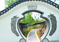 广州园穿月洞门移步读诗