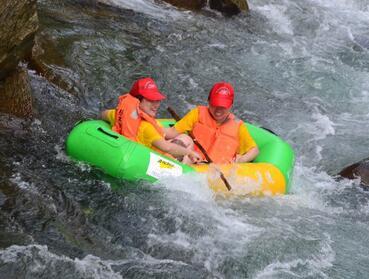 全国网媒走进贵州施秉 体验杉木河漂流