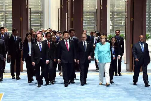嘉宾国领导人、有关国际组织负责人步入峰会会场.新华社记者 李涛 图片