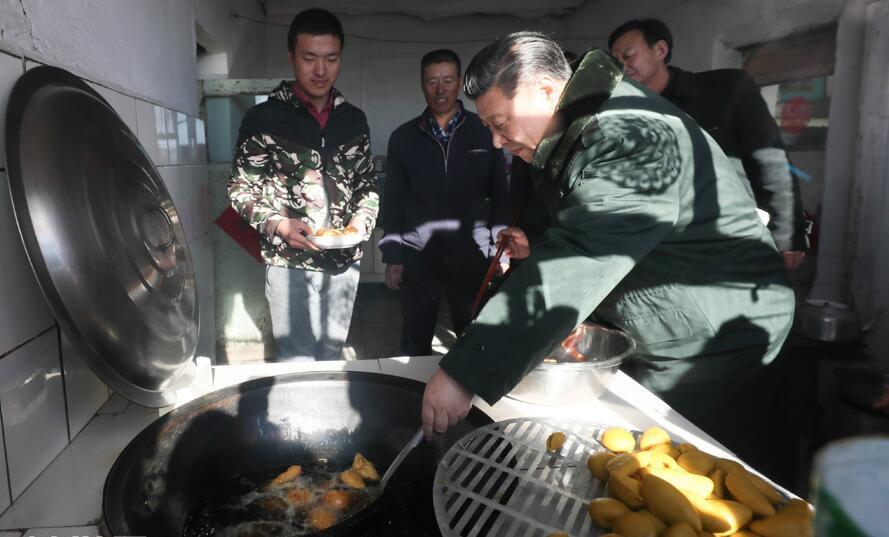 习近平赴河北张家口看望慰问基层干部群众 在村民家炸年糕