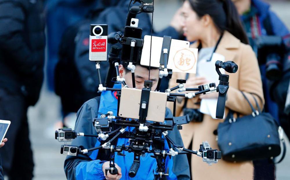 """全国政协新闻发布会 记者使用新式""""钢铁侠""""设备报道"""