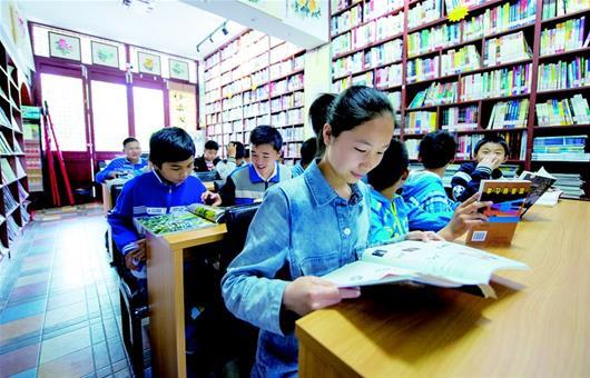 图为:学生在丹阳书院里看书街头雕塑