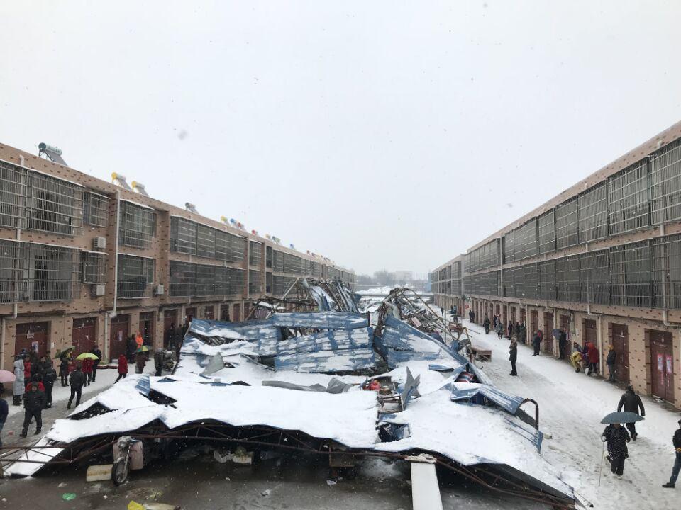 安陆:大雪压垮菜场 警民携手救出13人