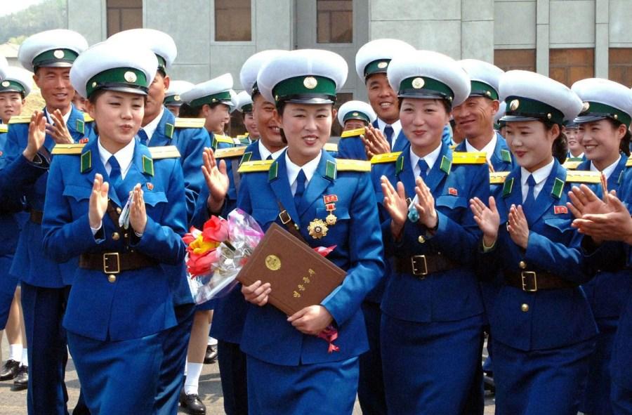 朝鲜女交警获英雄称号大哭 日媒:金正恩或曾遇