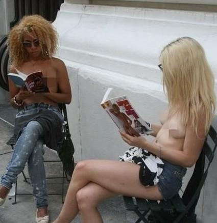女孩街头裸体读书现场图片为促进纽约裸胸合法化