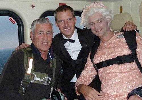伦敦奥运会开幕式007饰演者跳伞失败当场摔死图片