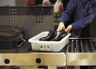 2月20日,美国洛杉矶国际机场,乘客通过安检时需脱鞋通过.