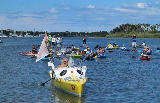 波兰老翁划皮划艇成功穿越大西洋。  波兰老翁划皮划艇成功穿越大西洋。   据英国《每日邮报》4月23日报道,波兰67岁的老翁亚历山大 多巴(Aleksander Doba)于当地时间4月19日将皮划艇驶入美国佛罗里达州新士麦那海滩(New Smyrna Beach),这标志着其横跨大西洋长达6000英里的皮划艇探险在历时六个月后成功结束。   据报道,多巴自2013年10月5日从葡萄牙首都里斯本出发,原计划行程超过6500英里,但由于海上天气恶劣,船舵损坏,因此不得不在百慕大群岛靠岸修整船只。整个行程中