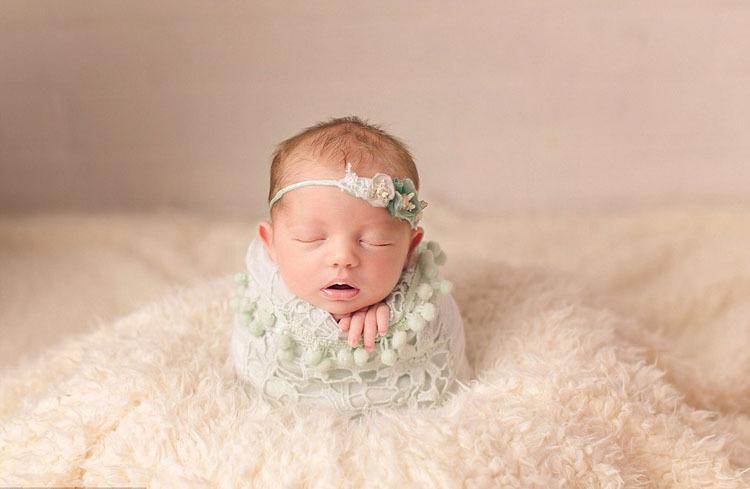 英国诺福克郡41岁的摄影师谢尔丽?沃尔(Shellie Wall)擅长拍摄紧裹在襁褓中的新生婴儿静谧唯美的睡姿。画面中的小宝宝们大约满周大,被紧实地裹在柔软的毯子里,安静舒适地入睡着,神态自然,萌态十足。