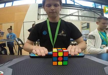 澳大利亚小伙4.73秒还原魔方 破世界纪录