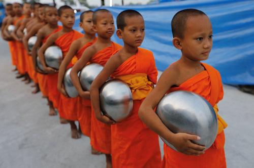 泰国小和尚去化缘:身披橙色僧衣 手托银色法钵(图)