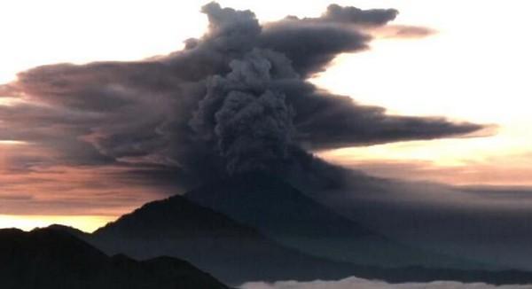 巴厘岛火山喷发 浓烟高达1500米 曾造成1000多人死亡