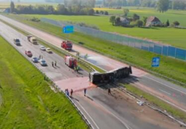 """波兰一油罐车侧翻 12吨热巧克力洒落公路汇成""""河"""""""