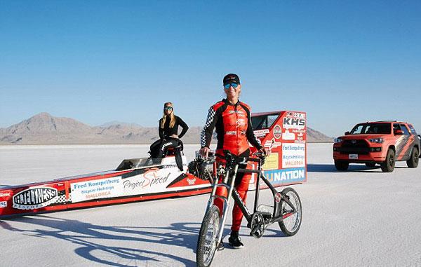 堪比高铁!美国女子骑单车时速达296公里 破世界纪录