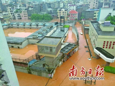 安全 信宜/20日,信宜市看守所遭到水淹,人员转移紧急展开。通讯员供图