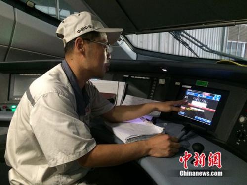 中车青岛四方机车车辆股份有限公司高铁调试高级技师周勇在演示调试过