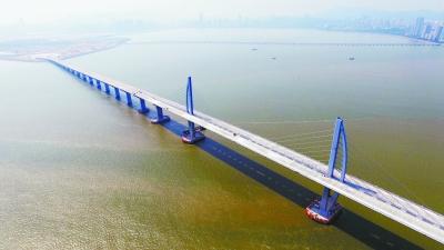 全球最长跨海大桥主桥贯通 港珠澳大桥六成工程武汉造