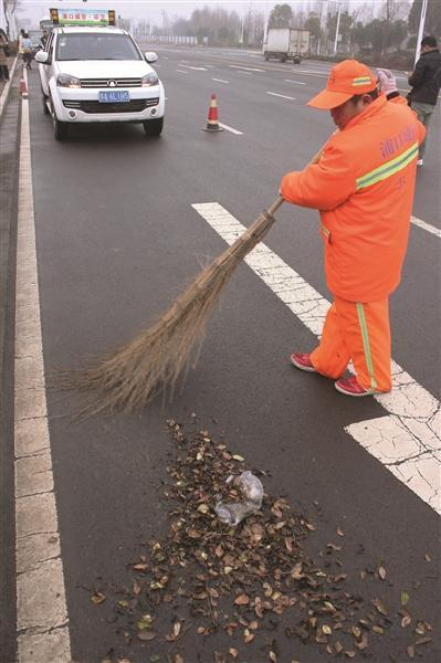 环卫工一般坐在副驾上,扫帚垃圾桶等设备装在车后.